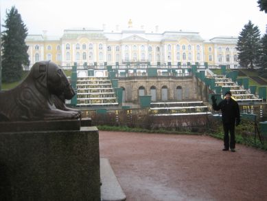 IMG_1930_Seppo_and_Bolshoy_Palace_in_Peterhof