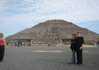 IMG_3262_Pyramid_of_the_Sun_y_Seppo_con_Cynthia