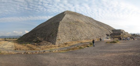 IMG_3314-IMG_3317_Pyramid_of_the_Sun_y_Cynthia